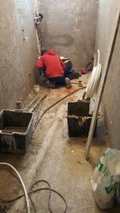 rifacimento totale del locale bagno, creazione tubature acqua e scarico. Prima immagine