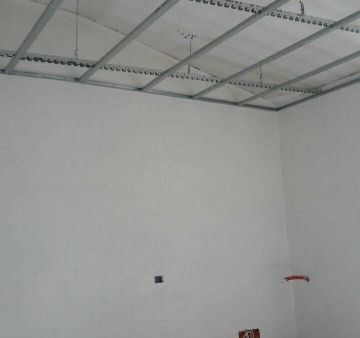 Preparazione per il ribassamento in cartongesso di tutti i  soffitti di casa e inizio gessatura delle pareti. #rinnovakasa.it